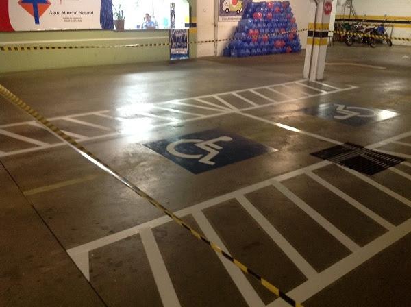 Hipermercado Enxuto- vagas de estacionamento para pessoas com deficiência