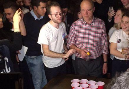 VIDEO : Quand Alain Juppé joue au 'beer-pong' dans un bar avec des jeunes #replay https://t.co/CmLNX3TP8N