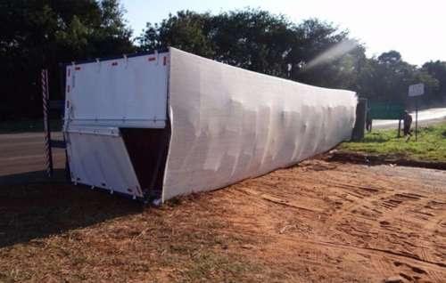 Caminhão carregado com cigarros contrabandeados tomba na PR-323