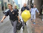 La polizia porta via i reperti