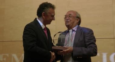 pepe oneto recibiendo el premio Santiago Castelo