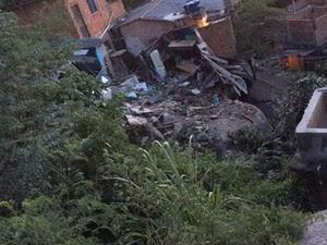Pedras rolam em morro Boa Vista (Foto: VC no ESTV)