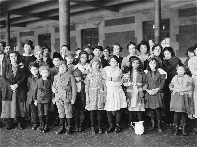 101928g-immigrant-children-ellis-island