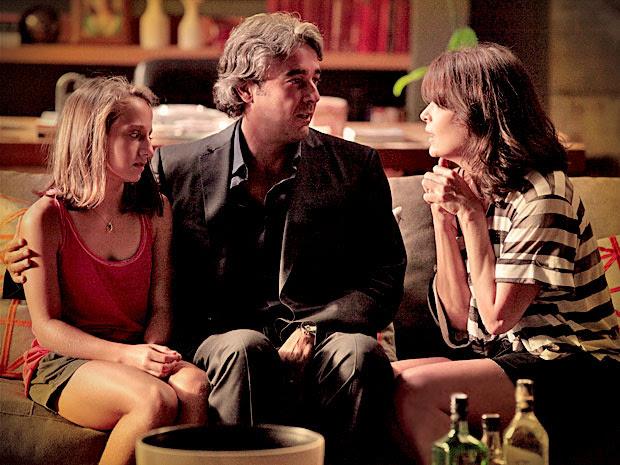 Alexia e Cadinho ficam surpresos com a declaração de Paloma (Foto: Avenida Brasil/ TV Globo)