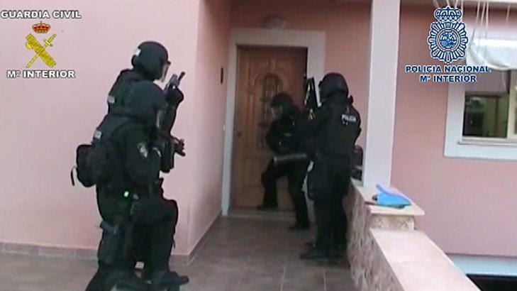 TIL AKSJON: Spanske spesialpolitistyrker gikk til aksjon mot hele 31 ulike adresser på Mallorca i går morges. Foto: EPA/NTB Scanpix