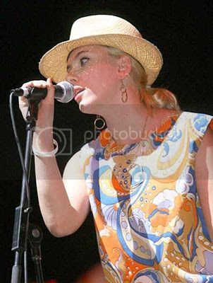 Scarlett Johansson cantando