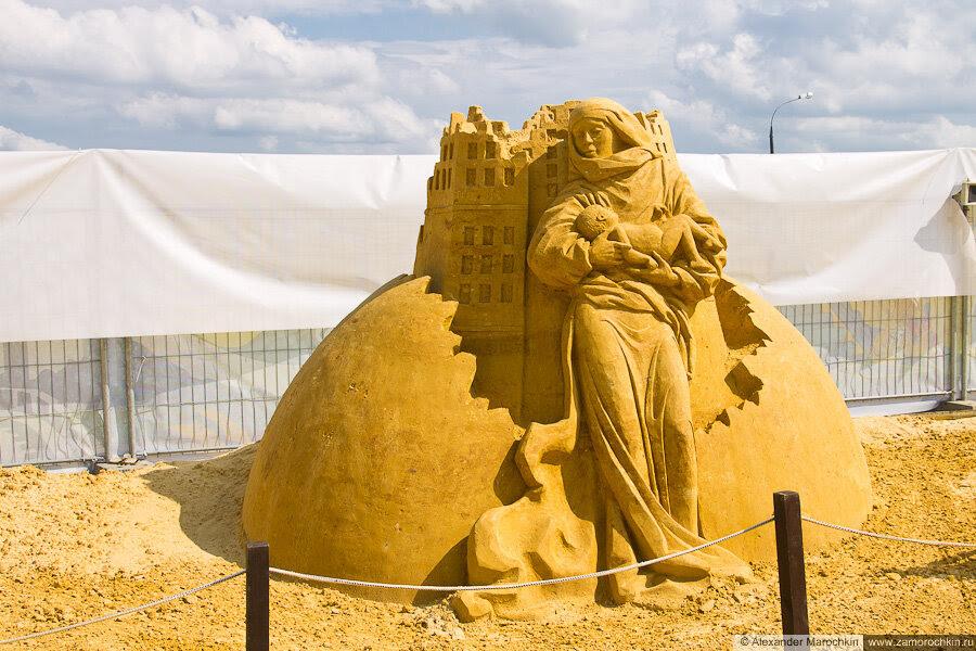 """Скульптура из песка """"Свобода"""" в Коломенском"""