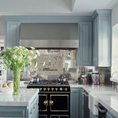 Jennifer Lopezs California cucina, painted in Benjamin Moores Boothbay Gray HC165, serves as a reminder to embrace color in the kitchen.