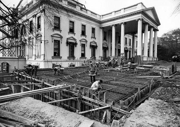 Vista do lado nordeste da Casa Branca durante a reforma, 1950 (Foto: National Archives and Records Administration/Flickr)