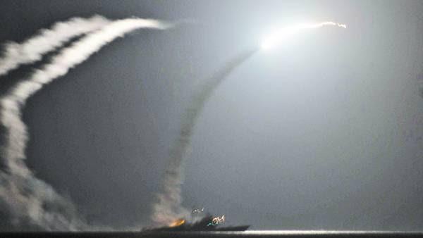 Disparo. Vista de la salida de un misil Tomahawk estadounidense lanzado hacia Siria desde un destructor mientras navega en el Golfo Pérsico./EFE
