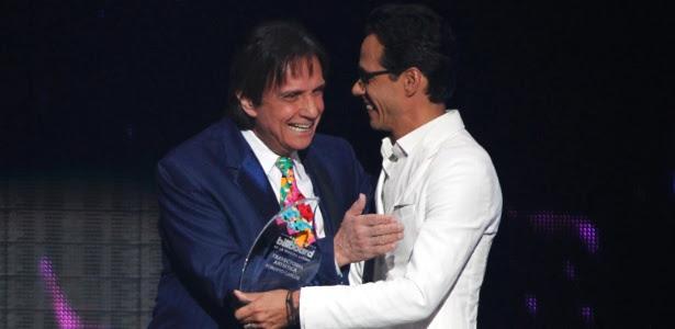 Roberto Carlos recebe do cantor Marc Anthony o prêmio pelo conjunto de sua carreira no Latin Billboard Awards, em Miami