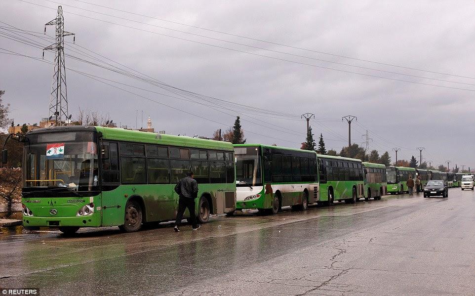 O acordo para evacuar milhares de civis e rebeldes presos em Aleppo correu para atrasos em meio a pedidos para observadores da ONU para supervisionar a operação.