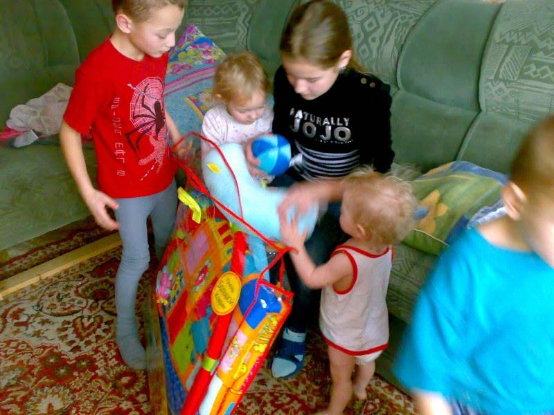 Соседи считали ее сумасшедшей с 11 детьми. Загляните в ее дом – такого не увидишь и в кино!