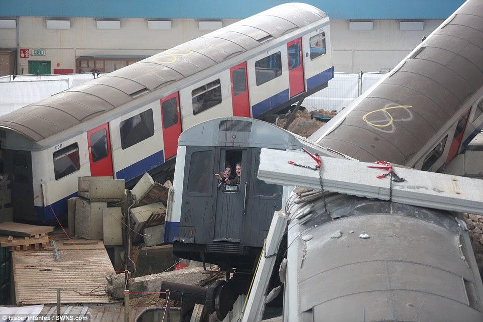 Παγιδευμένος: Οι επιβάτες που πιάστηκαν μέσα μεταφοράς τους, όταν το κτίριο «κατέρρευσε» θεωρούνται ουρλιάζοντας για βοήθεια