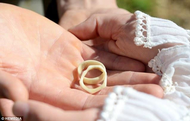 Το ζευγάρι αντάλλαξαν βέρες χειροποίητα από Georgina με κέρατα που βρήκε στον κήπο τους.