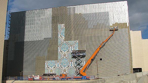 A finales del mes de enero los azulejos comenzaron a instalarse en la fachada del centro de convenciones de Orán.