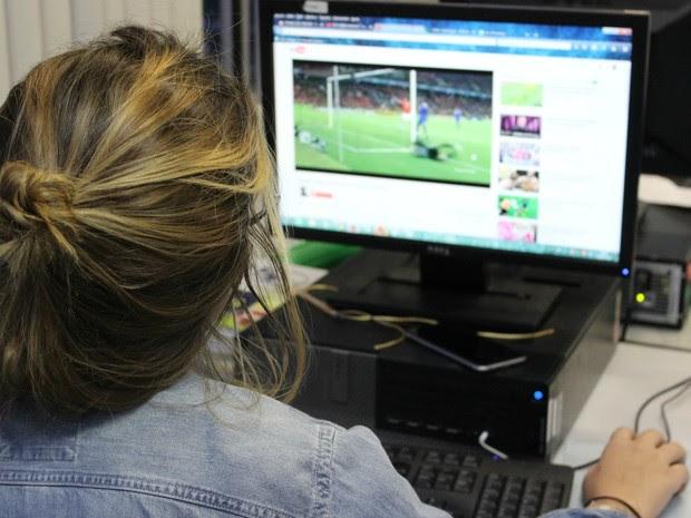 Oficina visa orientação do uso seguro da internet  (Foto: Suelen Gonçalves/ G1 AM)