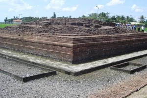 Candi Borobudur berbentuk punden berundak Tempat Wisata: 10 candi hindu dan budha di indonesia