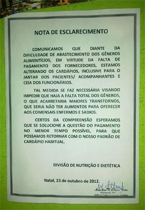 Nota de esclarecimento fixada pela direção do hospital justifica falta de comida (Foto: Kamylla Nascimento)