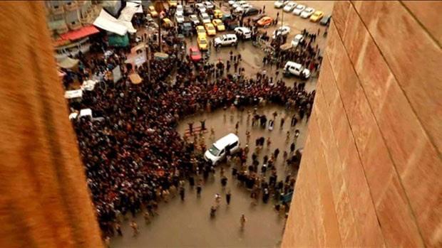 Diversos vídeos e fotos compartilhados por simpatizantes do grupo autodenominado 'Estado Islâmico' ('EI') vêm divulgando a punição que os extremistas reservam aos gays - o lançamento à morte do topo de prédios altos (Foto: BBC)