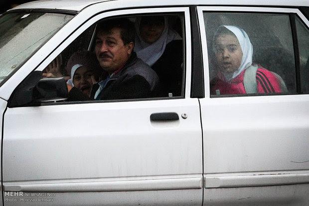 یک خانواده همراه با دو کودک در حال تماشای اجرای حکم اعدام در ملاء عام از پنجره ماشینشان هستند. (شیراز/ ۲۷ دی ۱۳۹۳) عکس از خبرگزاری مهر