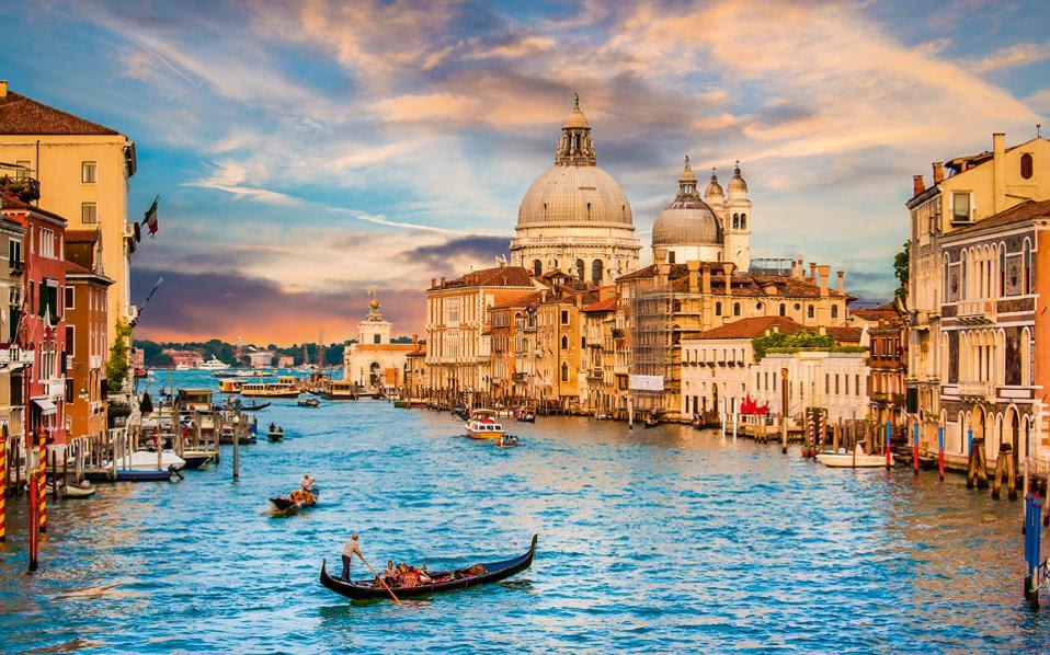 Το Μεγάλο Κανάλι (Grand Canal) με τα υπέροχα κτίσματα γοτθικής-ενετικής αρχιτεκτονικής είναι το πιο τουριστικό κομμάτι της πόλης με 15 εκατομμύρια επισκέπτες ετησίως. Δικαίως.