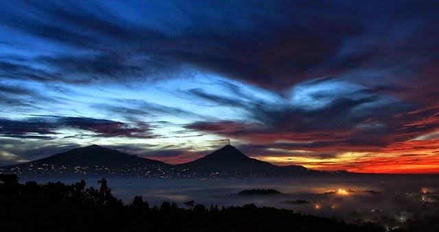 Punthuk Setumbu merupakan nama sebuah bukit yang terletak sekitar  Keindahan Matahari Terbit dan Siluet Borobudur di Punthuk Setumbu