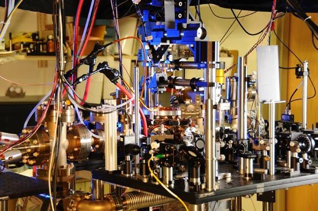 Foto mostra o relógio atômico ultra estável fabricado por cientistas americanos. O relógio de itérbio é mais preciso do que qualquer outro relógio atômico.  (Foto: AFP Photo/NIST)