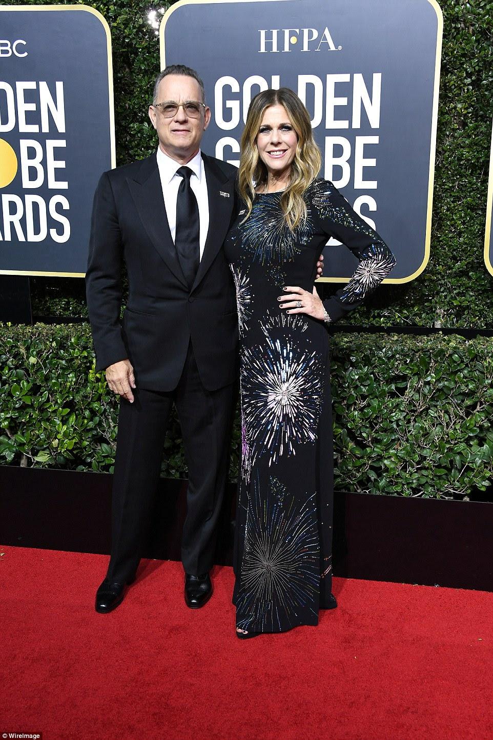 Então, apaixonado: Tom Hanks pareceu bem em seu terno enquanto sua encantadora esposa, Rita Wilson, escolheu um número inspirado no fogo-de-artifício