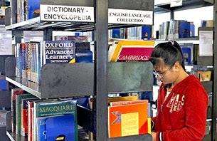 Một sinh viên đang chọn sách tại thư viện trường RMIT International University Vietnam ở Sài Gòn hôm 20-12-2006