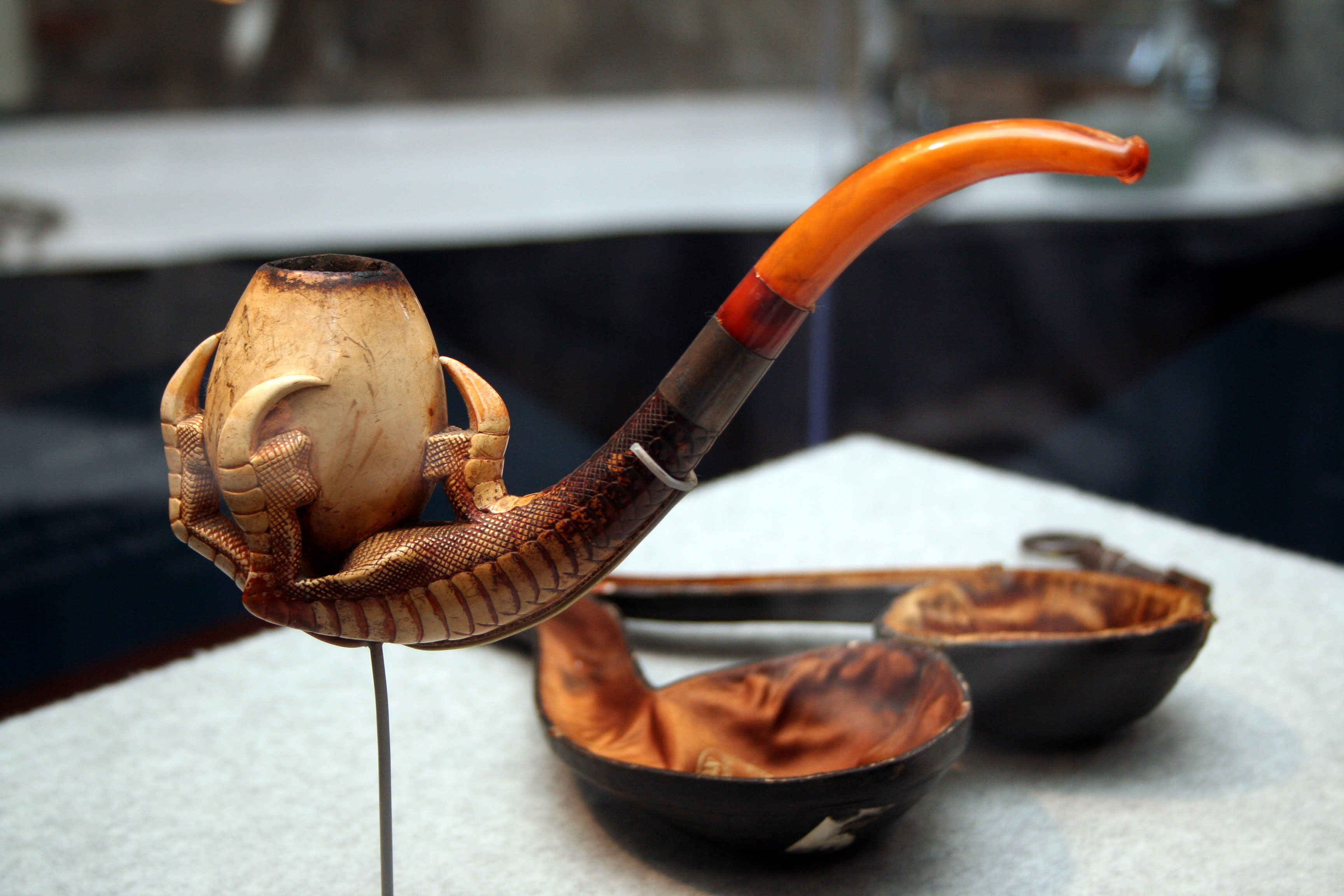 http://pipesmagazine.com/wp-content/2011-articles/jefferson-davis/jefferson-davis-meerschaum-pipe.jpg