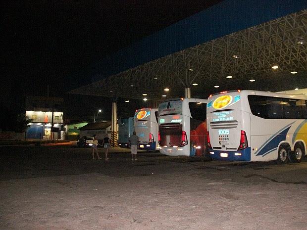 Após assalto, ônibus e passageiros foram reconduzidos à Rodoviária, onde a maioria decidiu reiniciar a viagem (Foto: Marcos Dantas/G1 AM)