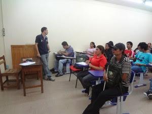 """""""Ao dar aula para ele, na verdade, quem mais aprende sou eu"""", garante o professor Adam Oliveira (Foto: Luana Laboissiere/G1)"""