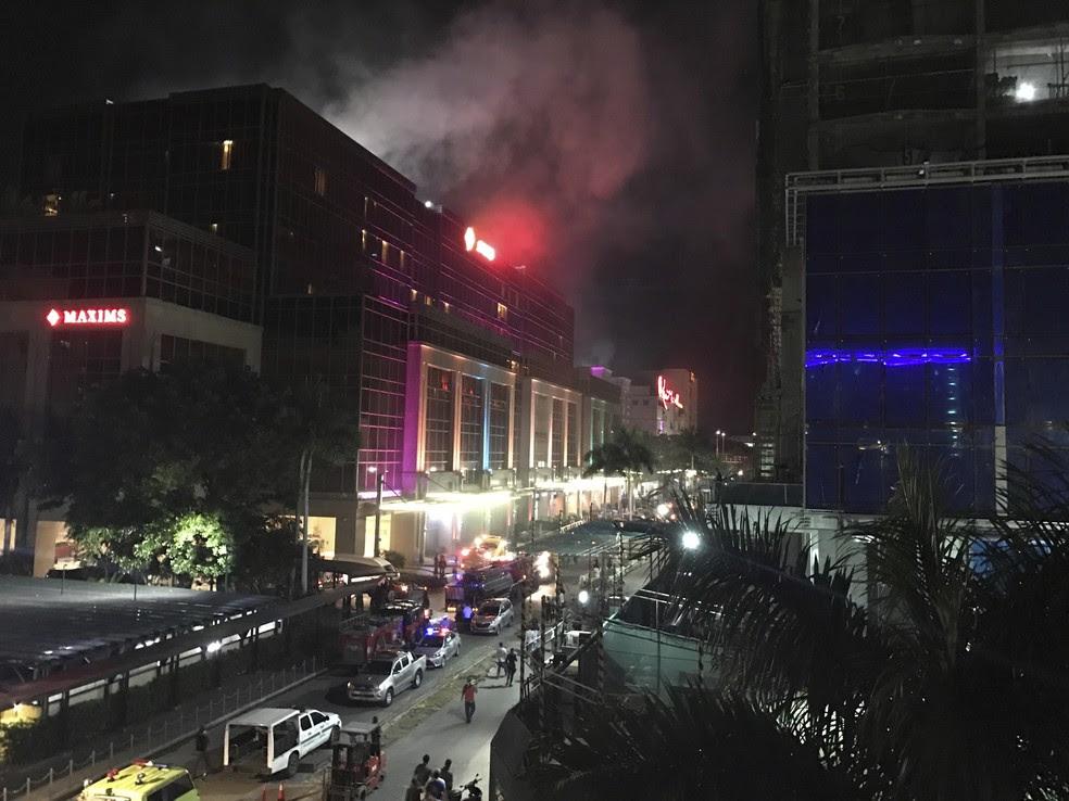 Fumaça é vista saindo do complexo Resorts World Manila nesta quinta-feira (1º) (Foto: AP Photo/Bullit Marquez)