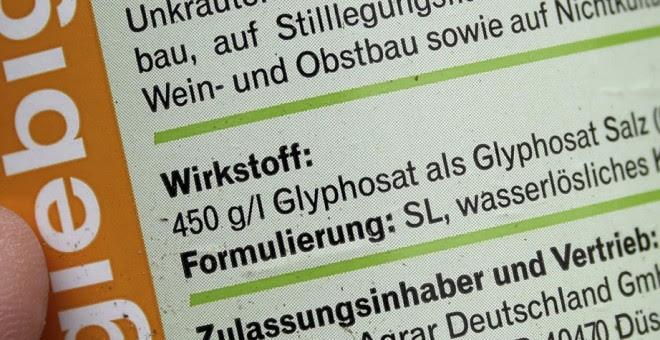 Vista de la etiqueta de una botella de pesticida en Aukrug, Alemania. EFE