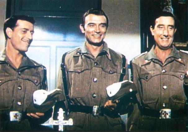 Tony Leblanc con José Luis López Vázquez y Manolo Gómez Mur, en 'Tres de la Cruz Roja'.
