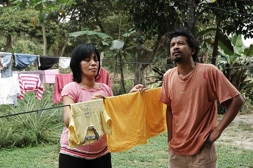 Budi (Namron) attempts to chat with Leana (Mislina)