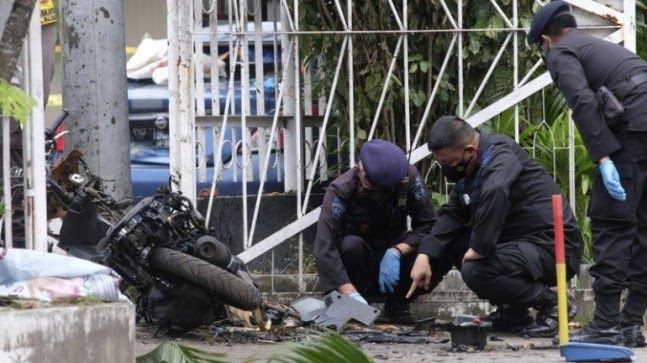 Newlywed militant suspects used pressure cooker bombs outside church: Indonesian offcials https://ift.tt/3doouhY