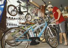 スポーツタイプの電動アシスト自転車が並ぶ店内 (東京都目黒区のアシスト)