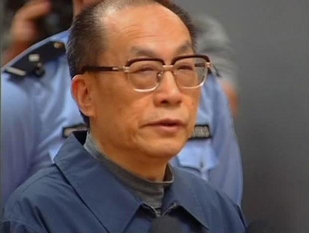 O ex-ministro chinês das Ferrovias compareceu neste domingo a um tribunal de Pequim acusado de abuso de poder e corrupção (Foto: CCTV/Reuters)
