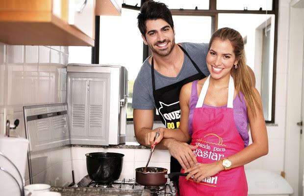Adriana e Rodrigão fazem receita de Páscoa (Foto: Marcos Serra LIma / EGO)