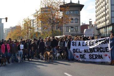 Centenares de personas y sus mascotas salen a la calle para defender la gestión del albergue