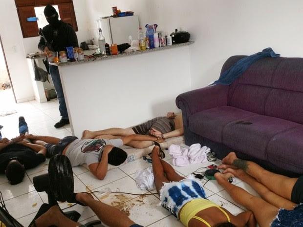 Jovens foram presos dentro de uma casa na praia da Pipa, no litoral Sul potiguar (Foto: PM/Divulgação)