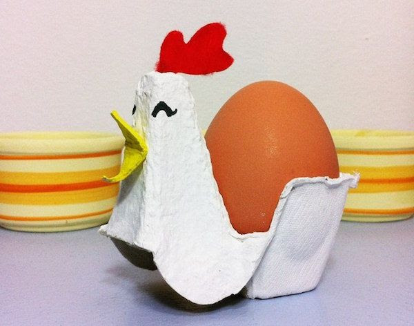 Easy Easter crafts using household objects: Rooster egg holders at Tutéate y . . .