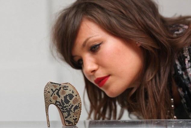 Tamanho 0?  Estes saltos são minúsculos uma miniatura Alexander McQueen projeto, inspirado por cobra