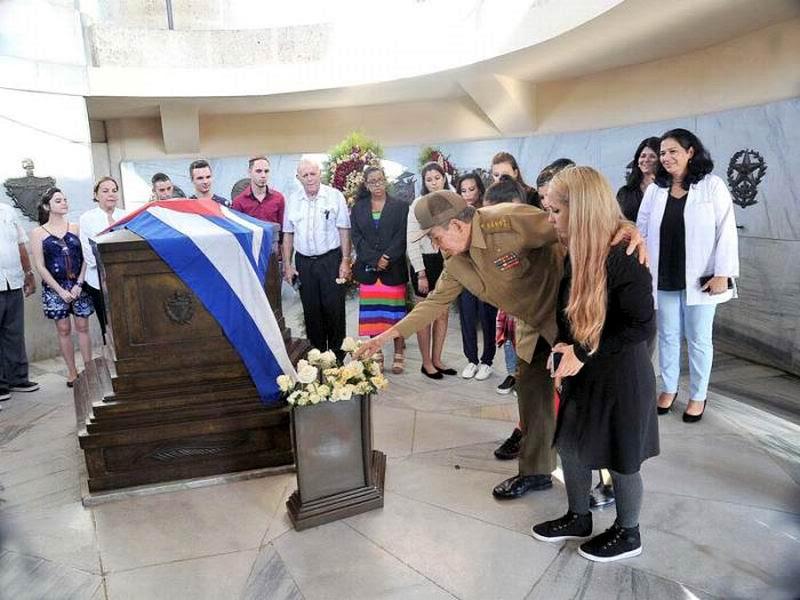 Acompaña Raúl a jóvenes con implante coclear que rindieron tributo a Fidel. Foto: Estudios Revolución