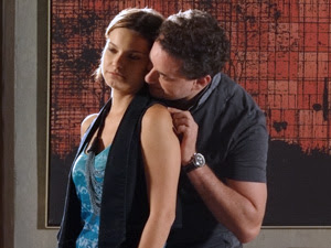 Vanessa não muito atenção à Paulo (Foto: Fina Estampa/TV Globo)