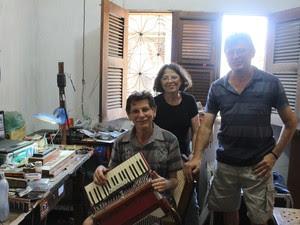 Irineu, 65, Fátima, 62, e Turpim, 53, são irmãos e, segundo eles, sua mãe não queria filhos envolvidos com música (Foto: Marina Holanda/G1)