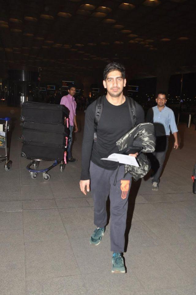 المخرج أيان مكرجي أثناء تواجده في مطار مومباي الدولي