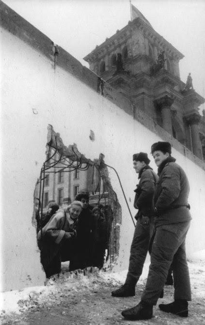 File:Bundesarchiv Bild 183-1990-0105-029, Berlin, Loch in Mauer am Reichstag.jpg